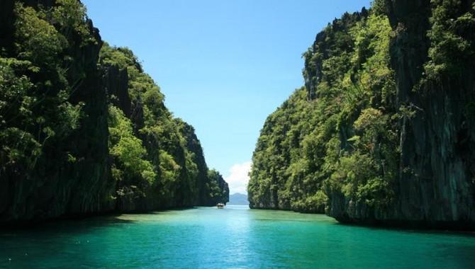 Островът е известен със своите водни пътища, които лъкатушат между огромни скали и буйна растителност.-554_2