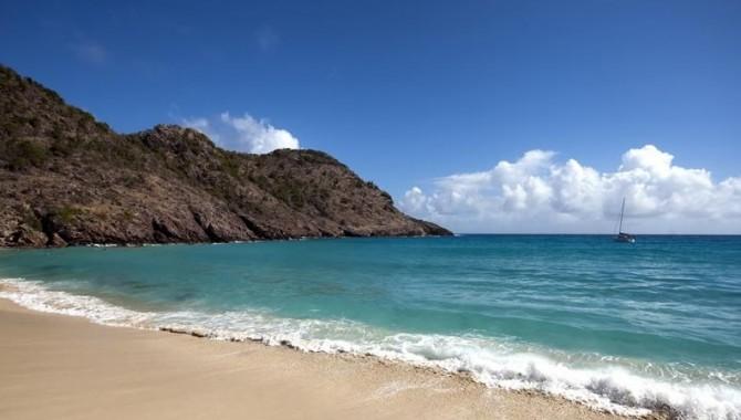 Anse Du Gouverneur на остров Сен-Бартелеми е ограден от красиви каменни скали и е разположен по протежение на красив залив.-555_1