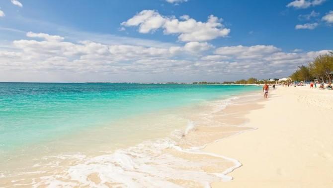 Seven Mile Beach на Гранд Кайман e дълъг близо 10 км. На него ще намерите както тихи и безлюдни местенца, така и тузарски курорти, пълни с водни забавления. -555_2