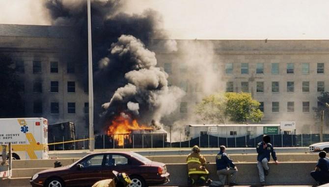Пламъци и дим излизат от дупка във външната стена на сградата-572_2