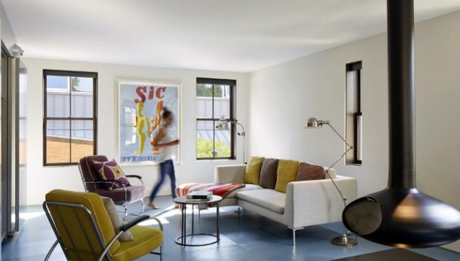 Поп-арт Светъл хол с лаконични, но същевременно ярки мебели. Съвременна камина и грамотно подбрани аксесоари. -576_1