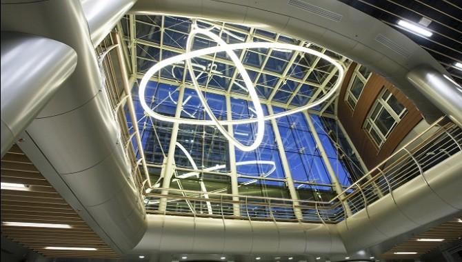 Естествената светлина от остъкления  покрив на централната фасада на търговския център създава позитивно настроение на посетителите. -583_2