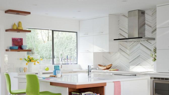 6.Тъмните шкафове са заменени с бели. Едно наистина съвременно място за цялото семейство с кухненски остров. Снимка: Janis Nicolay Photography.-602_7