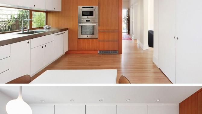 7.Тази кухня е трансформирана от тъмно и тясно пространство в по-приласкаващо и просторно. С помощта на прозорец, вградени мебели и интегриран в дървена стена хладилник. Снимка: Mark Woods.-602_8