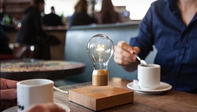 Левитираща настолна лампа. Flyte – безжична лампа, която се рее из въздуха над неголяма дървена основа, в която са вградени магнити. -606_1