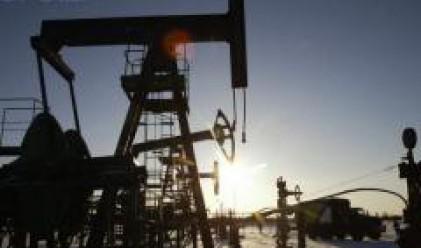 Петролът продължава да се търгува при нива, близки до границата от 100 долара