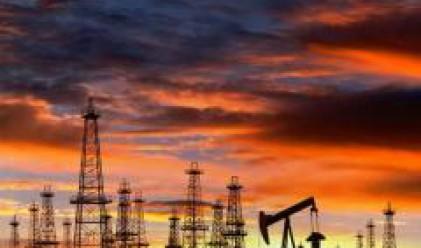 Петролът стартира седмицата с понижение до близо 97 долара за барел