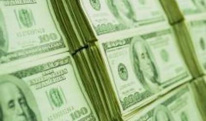 Опасенията за рецесия водят до спад на борсовите индекси, от което пострада доларът