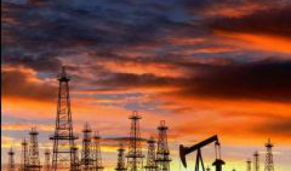 Петролът се понижава след изненадващия ръст на запасите в САЩ