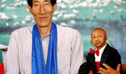 Най-високият и най-ниският мъж в света се срещнаха
