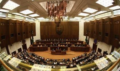 Словашки депутати на гол протест срещу депутатския имунитет