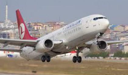 Турски самолет успя да се приземи, след като бе ударен от мълния
