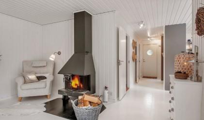 Малка бяла къща от 57 квадрата в горите на Швеция
