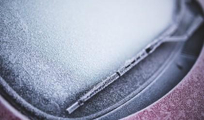 Как да махнете леда от стъклото на колата за секунди без стъргане