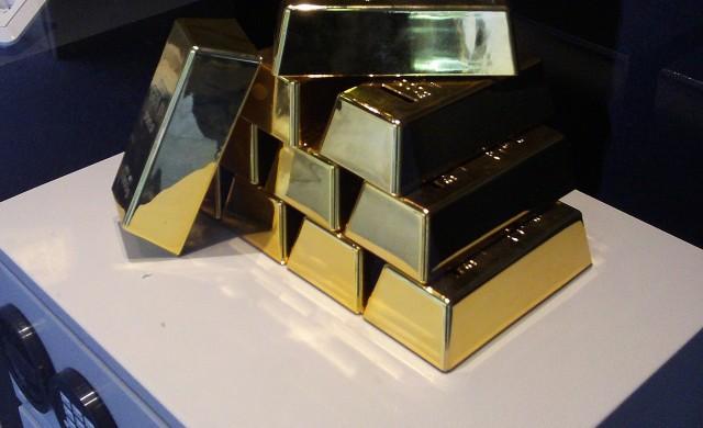 Златото близо до четириседмичен връх след отдръпване на долара