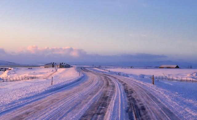 Жълт код за обилни снеговалежи днес, в Западна България вече вали