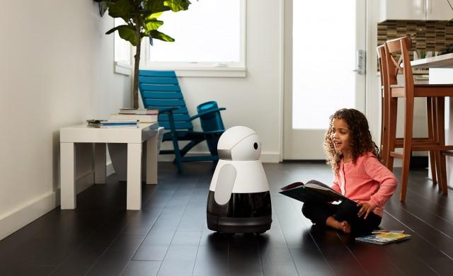 Сладък домашен робот общува с хората