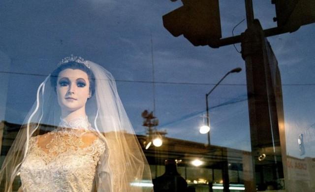 В този булченски магазин мумия рекламира роклите