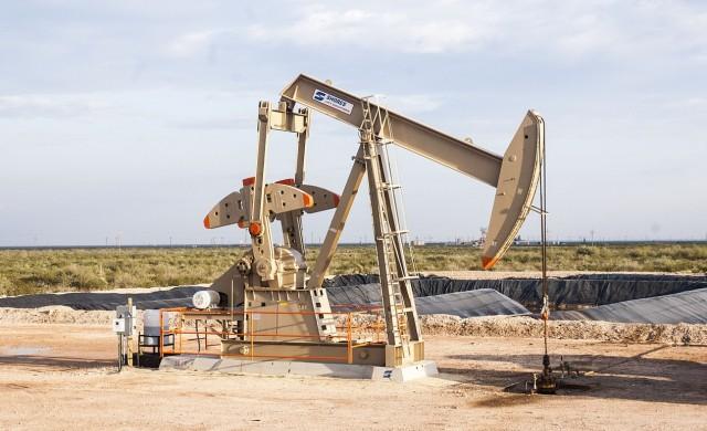 Петролът с рязък спад заради очаквания за повишен щатски добив