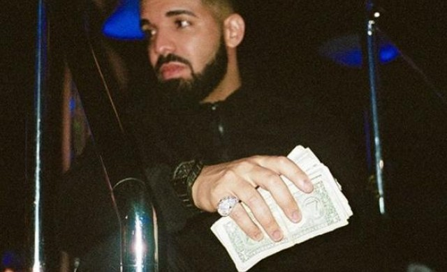 Рапърът Дрейк продава дял от уиски бизнес на своите фенове