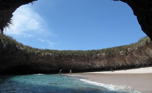 Трябва да плувате под вода до този плаж в Мексико