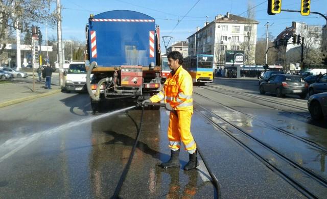 Продължава миенето на основни улици в София