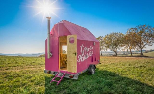 Къщичка на колела, която не бихте отказали заради розовия й цвят
