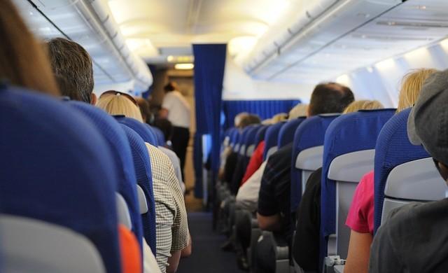 Какво означават черните триъгълници над илюминаторите в самолета?