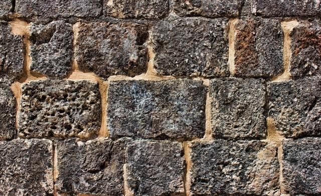 Селото, разделено на две от стена