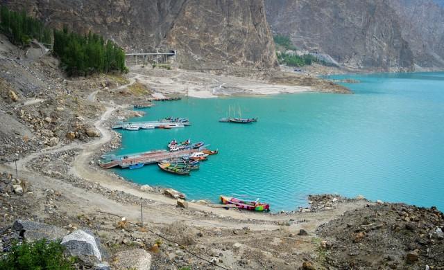 Зашеметяващо синьото езеро, създадено от бедствие