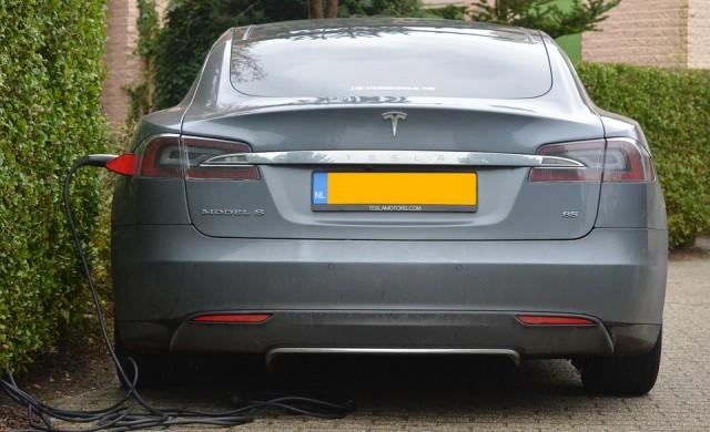 Цената на Tesla мина 100 млрд. долара