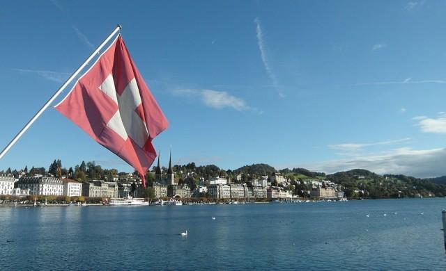 Защо заможни клиенти теглят парите си от швейцарските банки?