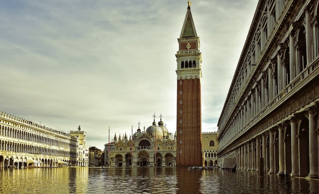 Венеция изгражда стъклени стени около базиликата Сан Марко