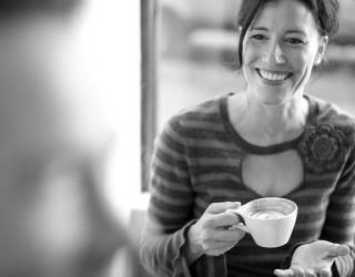 Какво рискуваме, когато насила се усмихваме в офиса?