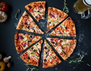 18 години затвор грозят доставчик на пица, изплюл се в нея