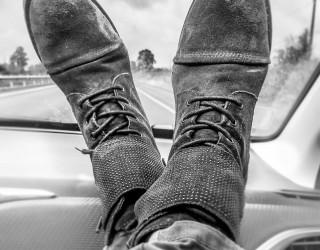 Защо не трябва да се возите с крака, качени на таблото на колата?