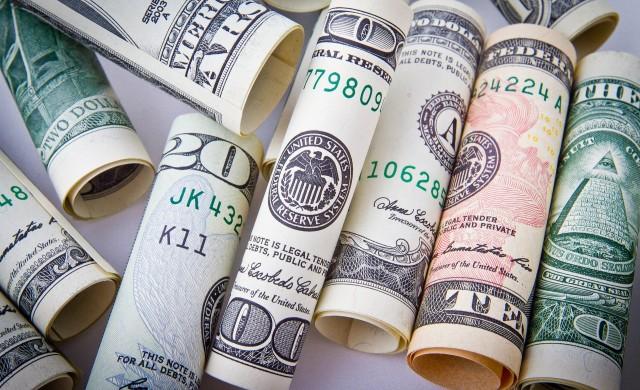 Хора от различни класи и възрасти получават по $100. Ето какво си купуват