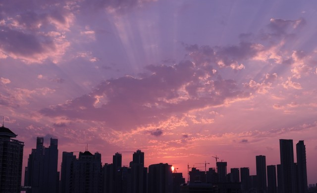 Невероятен вертикален град расте край залива на китайски град (снимки)