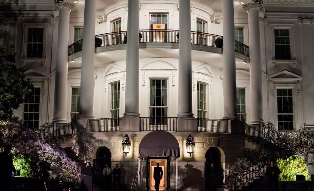 Доналд Тръмп и Мелания напуснаха Белия дом (видео)