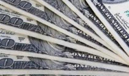 Падението на долара продължава