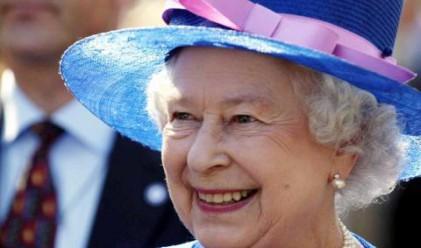 Елизабет II се върна с влак от зимната си ваканция