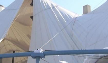 Част от шатрата пред Централна гара в София рухна