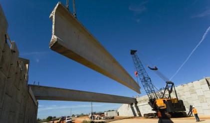 През тази година започва строителството на първия скоростен път