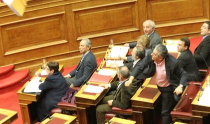 Гърция намали заплатите и пенсиите