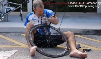 Как колоездач без ръце сменя спуканата си гума (видео)