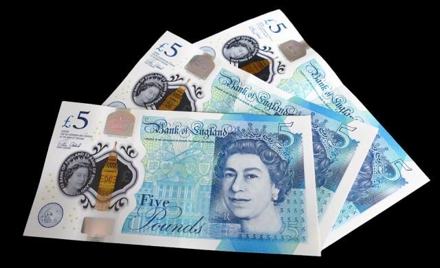 Няма да изтеглят банкнотата от 5 паунда с животинска мазнина