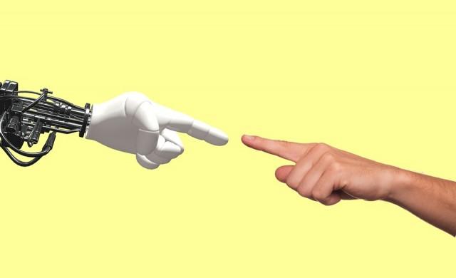 Защо Гейтс иска роботите да плащат данъци?