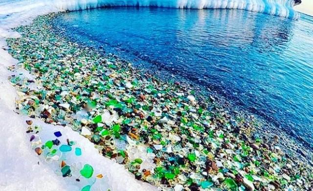 Този прекрасен плаж в Русия е направен от бутилки водка?