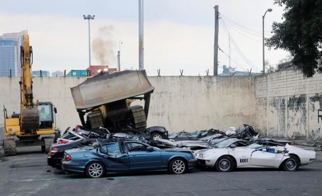 Да унищожиш демонстративно 30 скъпи автомобила