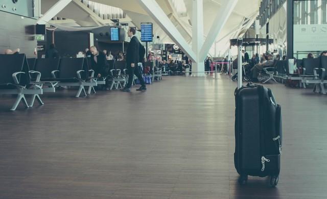Жена пълзя из скенер за багаж, не искала да се дели от чантата си